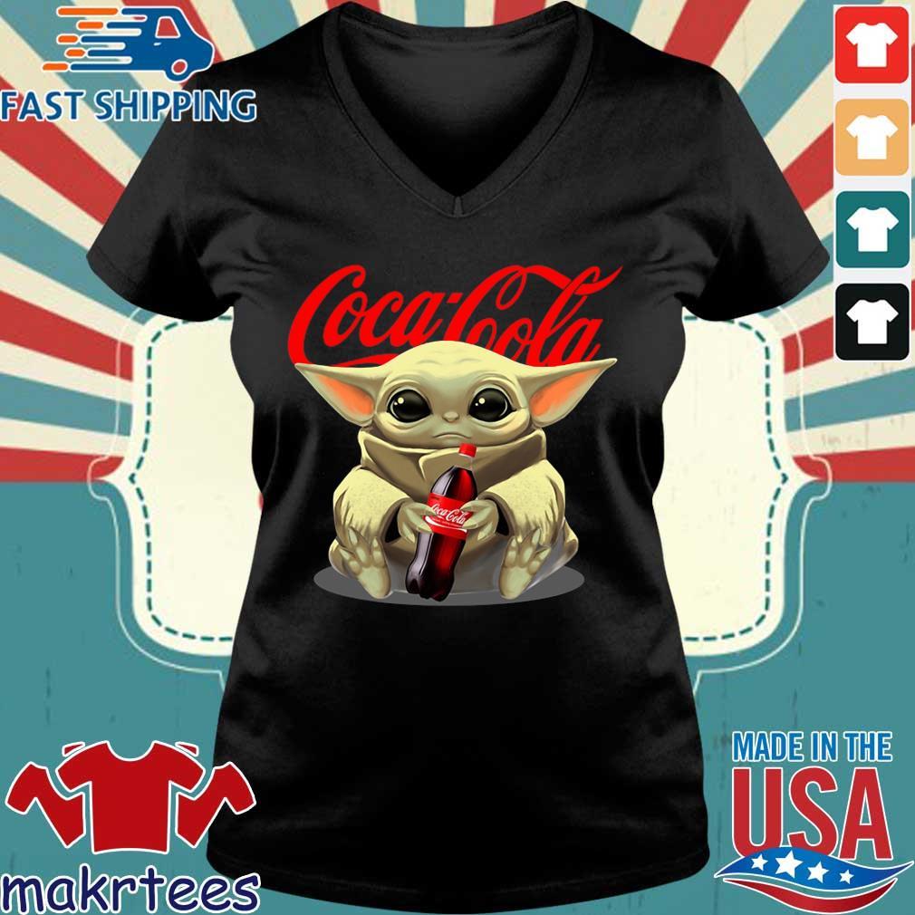 Baby Yoda Hug Cocacola Shirt Ladies V-neck den