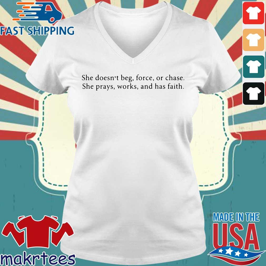 She Doesn't Beg Force Or Chase Prays Works And Faith Shirt Ladies V-neck trang
