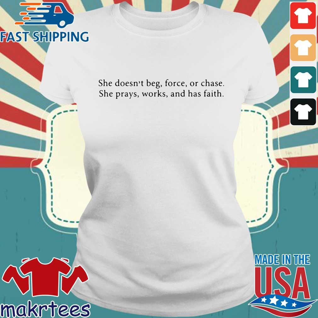 She Doesn't Beg Force Or Chase Prays Works And Faith Shirt Ladies trang