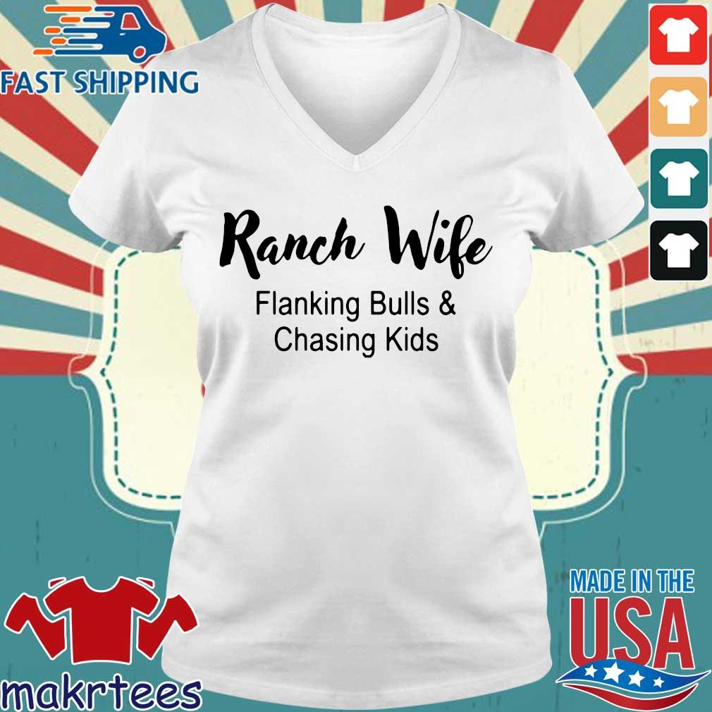 Ranch wife flanking bulls chasing kids s Ladies V-neck trang