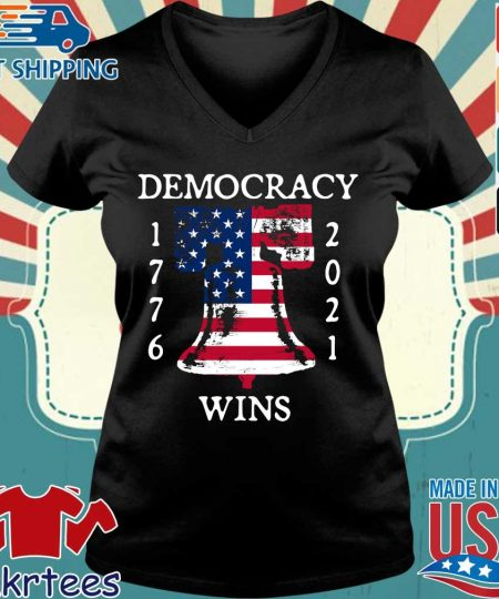 Democracy Wins 1776-2021 Liberty Bell American Flag Shirt Ladies V-neck den