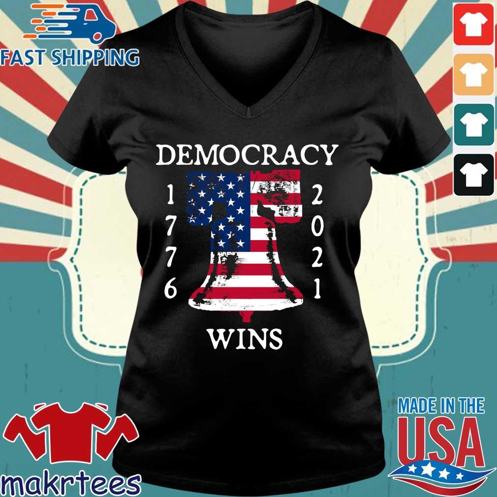 Democracy Wins 1776-2021 Liberty Bell American Flag Shirt Ladies V-neck den